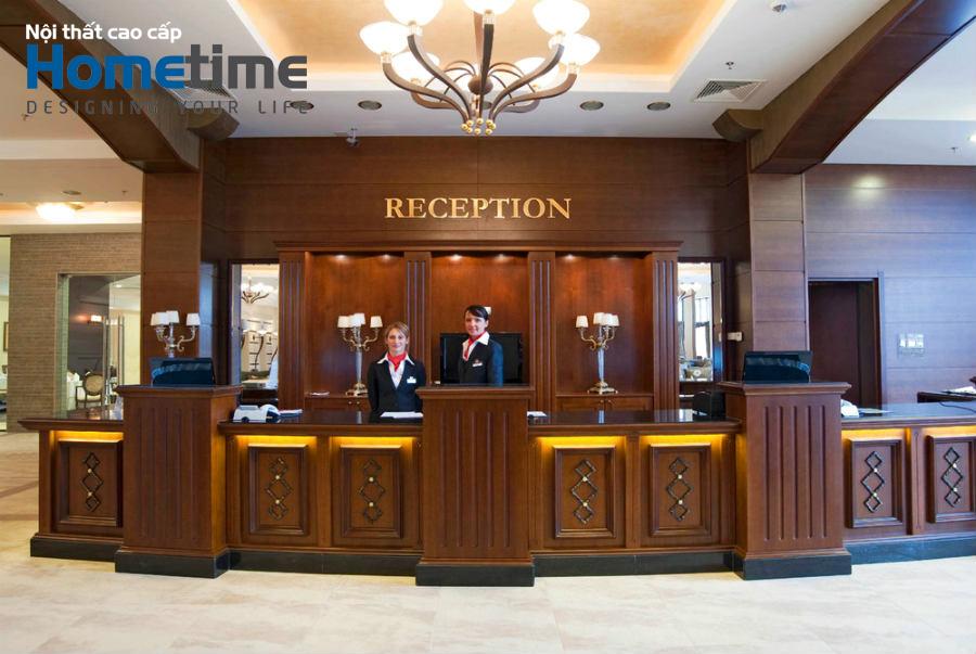 Quầy lễ tân gỗ tự nhiên luôn thể hiện được nét sang trọng đẳng cấp của khách sạn